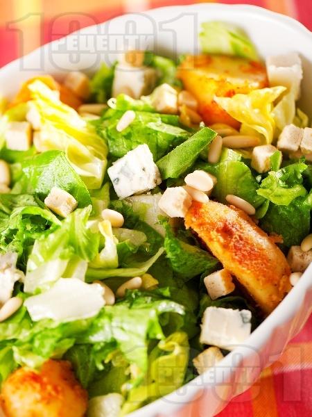 Зелена салата със синьо сирене, картофи и кедрови ядки - снимка на рецептата
